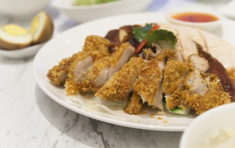 De kippenrijst van Hainanese Thaise voedsel gastronomische gestoomde kip en braden-kip met rijst, khao mun kai stock foto