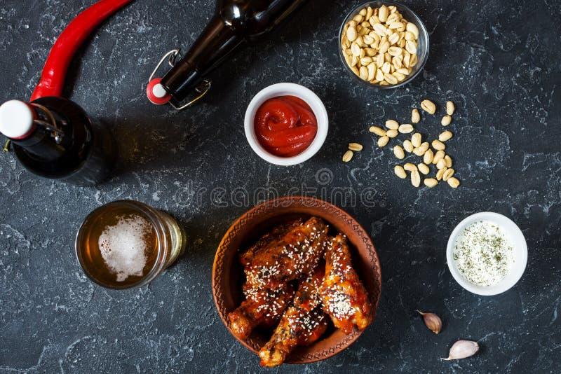 De kippenvleugels van de buffelsstijl met koud bier worden gediend dat stock afbeeldingen