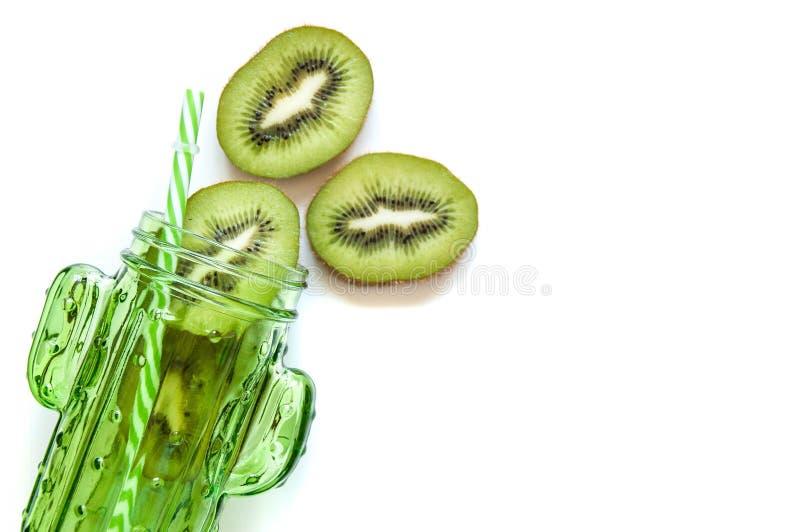 De kiwi snijdt in een groene kruik een cactus voor cocktails en smoothies Glaskruik voor dranken met een stro Het heldere voedsel royalty-vrije stock fotografie