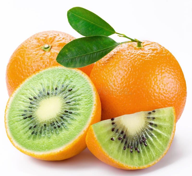 De kiwi van het vlees sneed rijpe sinaasappel. stock foto's