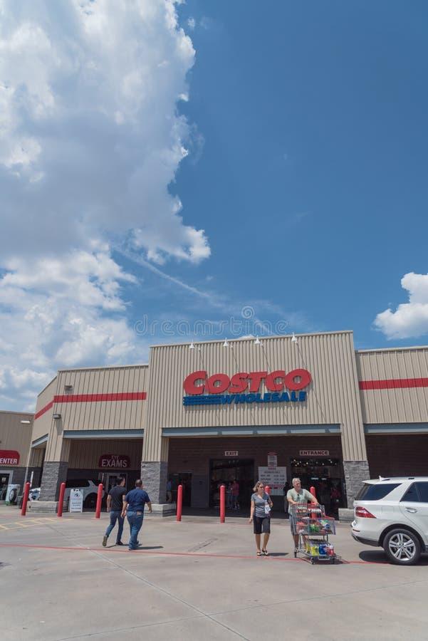 De klant gaat de In het groot opslag van Costco in Lewisville, Texas, de V.S. in royalty-vrije stock fotografie