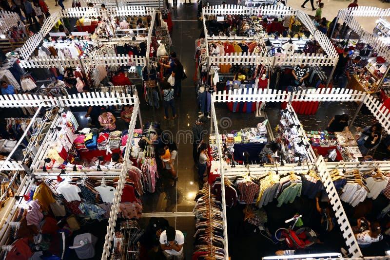 De klanten bezoeken en winkelen bij bazaar blokkeert verkopende kleren en andere maniertoebehoren stock foto