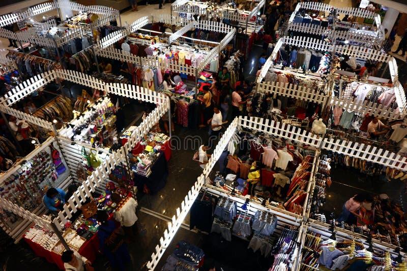 De klanten bezoeken en winkelen bij bazaar blokkeert verkopende kleren en andere maniertoebehoren stock afbeeldingen