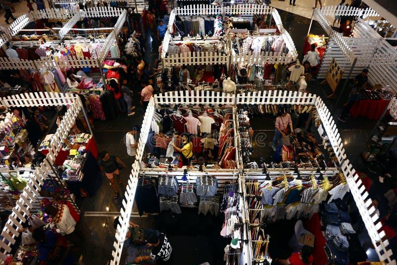 De klanten bezoeken en winkelen bij bazaar blokkeert verkopende kleren en andere maniertoebehoren royalty-vrije stock fotografie