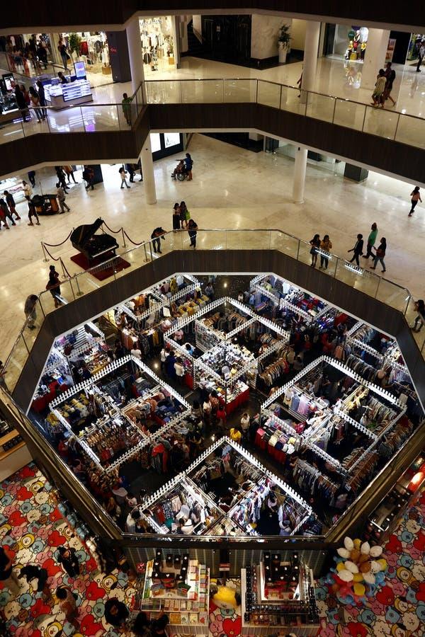 De klanten bezoeken en winkelen bij bazaar blokkeert verkopende kleren en andere maniertoebehoren royalty-vrije stock afbeeldingen