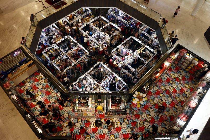 De klanten bezoeken en winkelen bij bazaar blokkeert verkopende kleren en andere maniertoebehoren royalty-vrije stock afbeelding