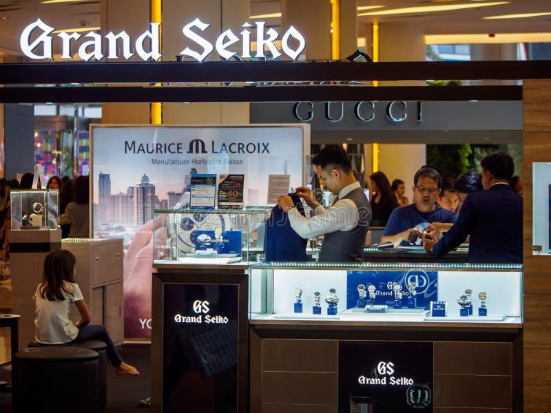 De klanten controleren een Grote Seiko-cabine, Bangkok, Thailand stock foto