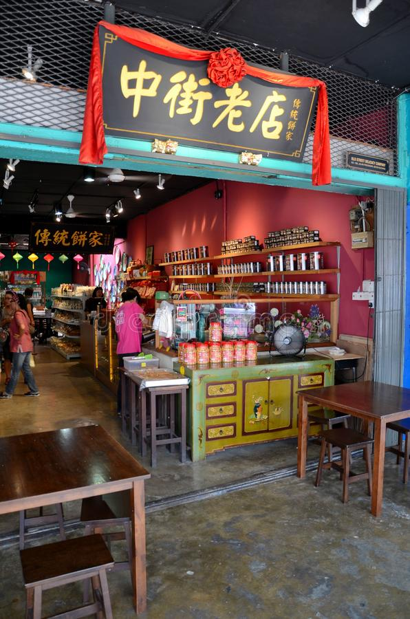 De klanten doorbladeren Chinese voedselwinkel Jalan Padungan Kuching Sarawak Maleisië royalty-vrije stock foto
