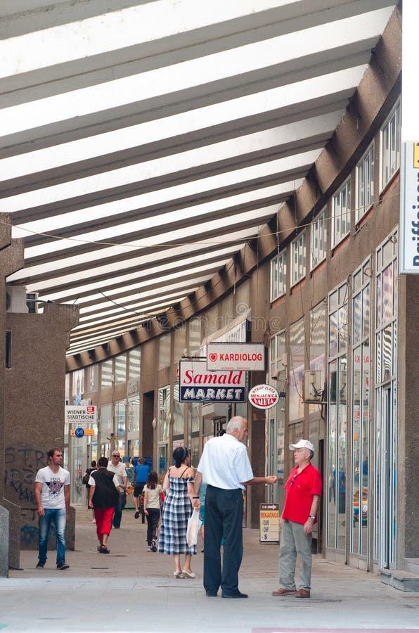 De klanten lopen langs behandelde het winkelen straat in Novi Pazar, Servië stock afbeeldingen