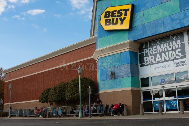 De klanten wachten buiten Best Buy op Black Friday-het Winkelen stock fotografie