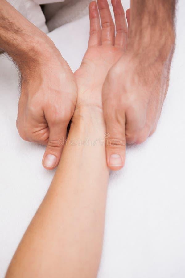 De klantenhand van de manicurewas stock afbeelding