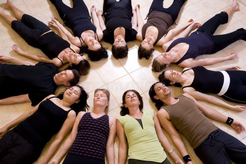 De klasse van de yoga het ontspannen royalty-vrije stock fotografie