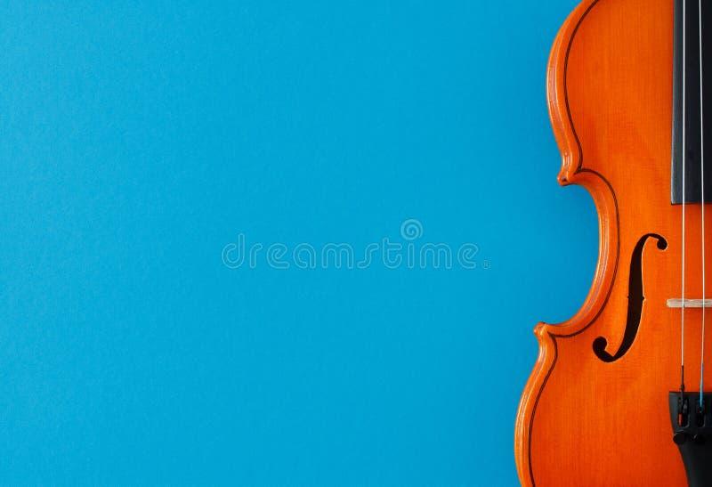 De klassieke affiche van het muziekoverleg met oranje kleurenviool op blauwe achtergrond met exemplaarruimte stock afbeeldingen