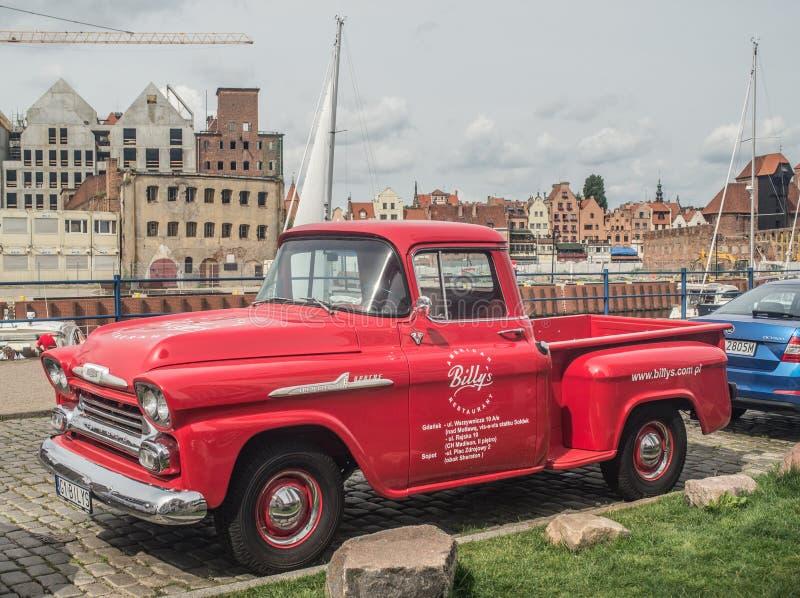 De klassieke Amerikaanse bestelwagen van auto rode Chevrolet stock foto
