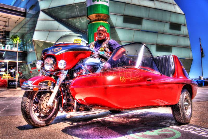 De klassieke Amerikaanse motorfiets en sidecar van Harley Davidson met ruiter royalty-vrije stock afbeeldingen