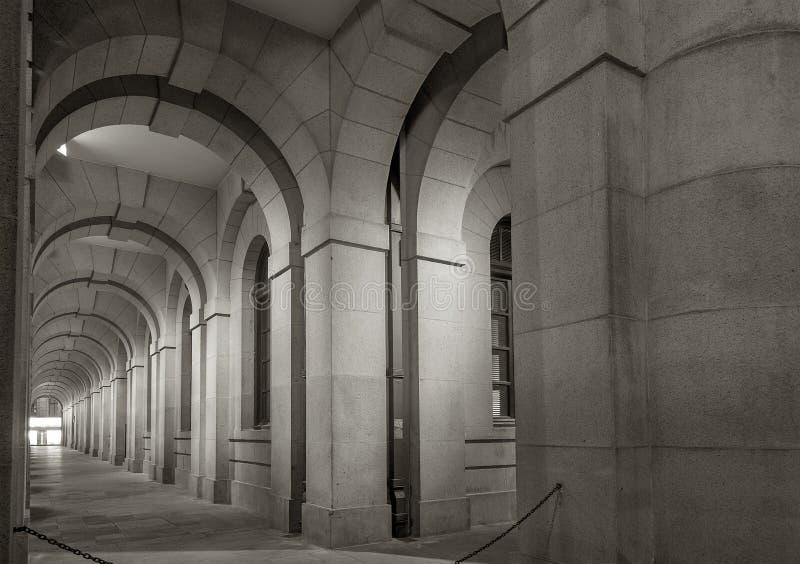 De klassieke bouw bij nacht stock foto