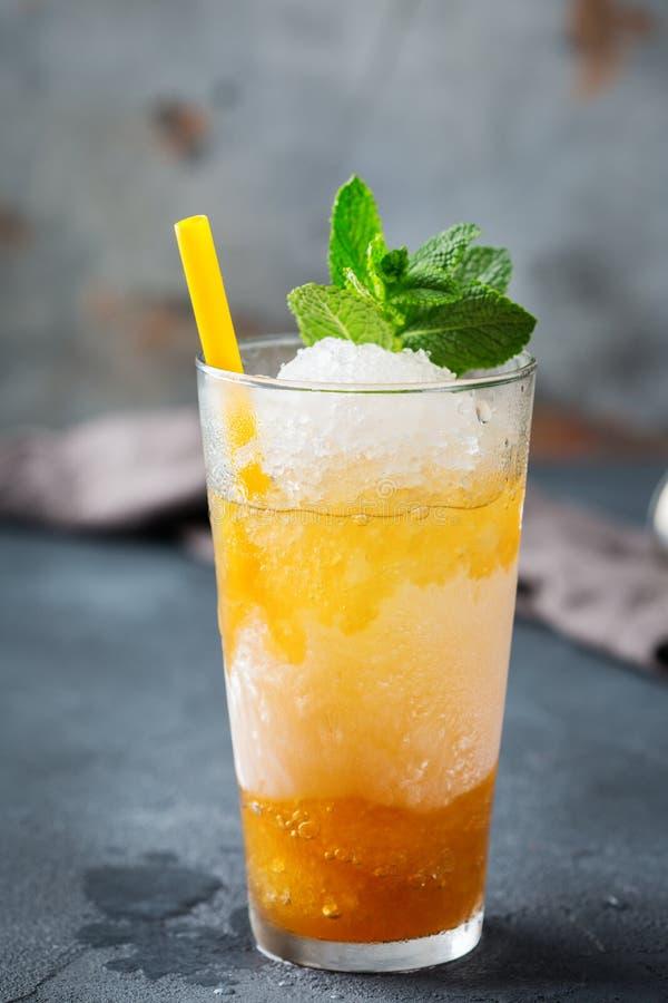 De klassieke cocktail van het muntmedicijndrankje met bourbon en ijs royalty-vrije stock foto's
