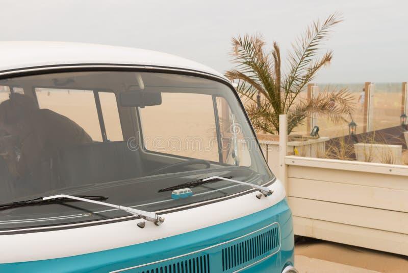 De klassieke die VW-kombibestelwagen bij de lucht wordt geparkeerd koelde motorshow bij het strand van Scheveningen royalty-vrije stock afbeeldingen