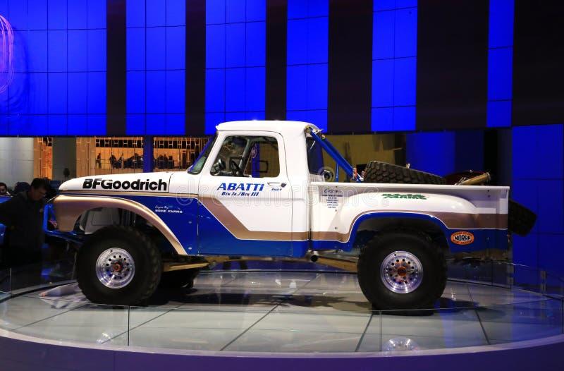 De klassieke doorwaadbare plaatsvrachtwagen wordt getoond bij de autoshow royalty-vrije stock afbeelding