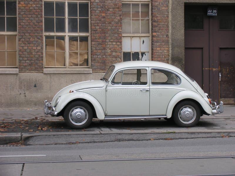 De klassieke grijze Kever van Volkswagen stock foto's