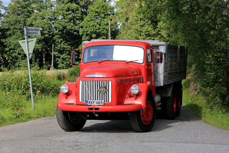 De klassieke Rode Vrachtwagen van Volvo N86 gaat Weg in royalty-vrije stock afbeelding