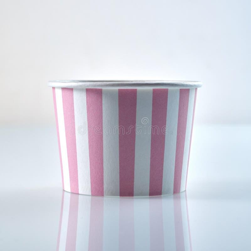 De klassieke roze en witte gestreepte ton van het kartonvoedsel stock afbeeldingen