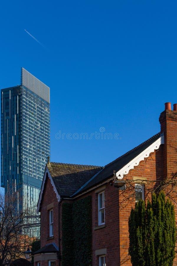 De klassieke Victoriaanse bouw en moderne wolkenkrabber in Castlefield, royalty-vrije stock foto
