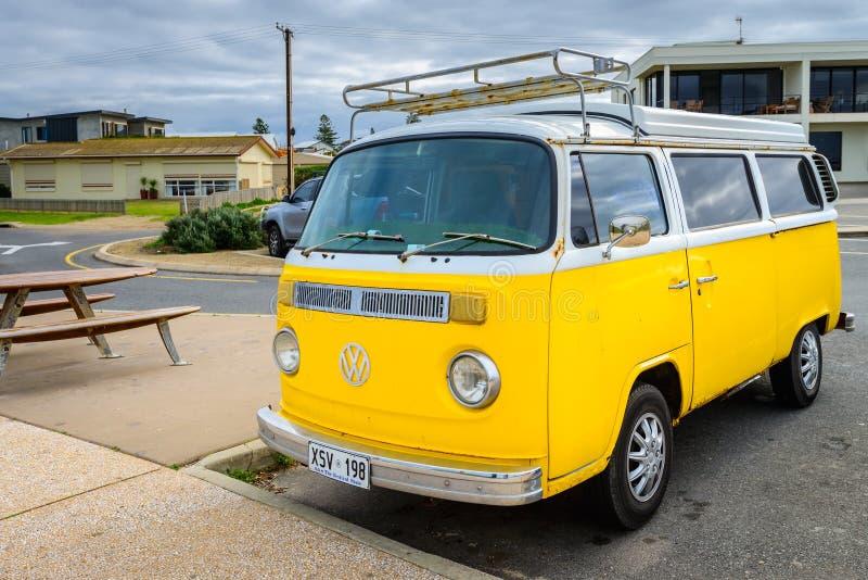 De klassieke Volkswagen-bestelwagen van de Vervoerderskampeerauto royalty-vrije stock afbeeldingen