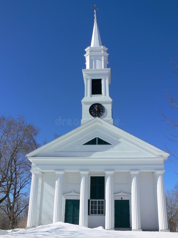 De klassieke witte kerk van New England met kolommen stock fotografie