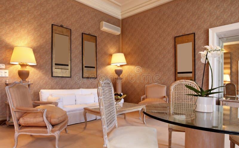 De klassieke woonkamer van Omfortable royalty-vrije stock foto