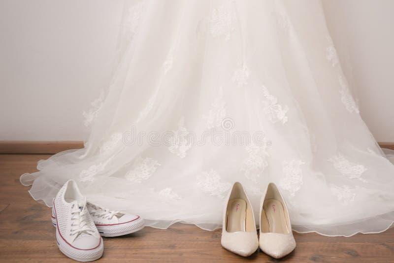 De kleding en de schoenen van het huwelijk stock foto