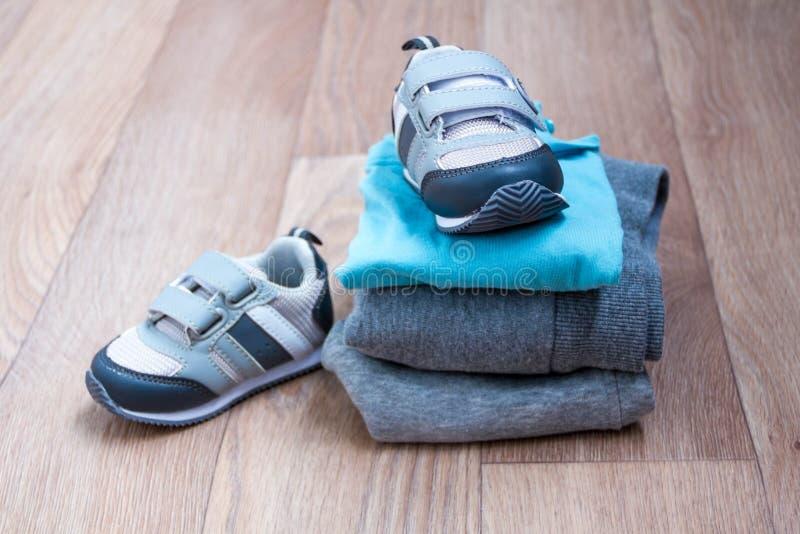 De kleding van de babywinter, concept, de herfst, tennisschoenen, kappen, speelgoed hoe te om baby in de winter te kleden Kies de royalty-vrije stock afbeeldingen