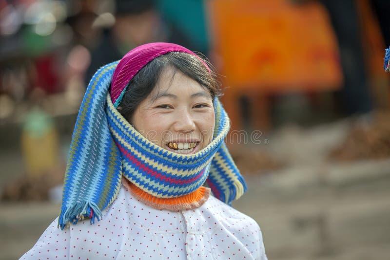 De kleding van etnische minderheidvrouwen, bij oude Dong Van-markt stock afbeeldingen