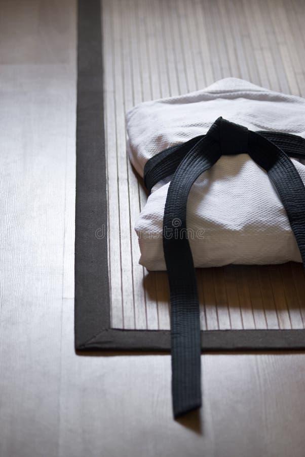 De kleding van het judo op tatami stock foto's