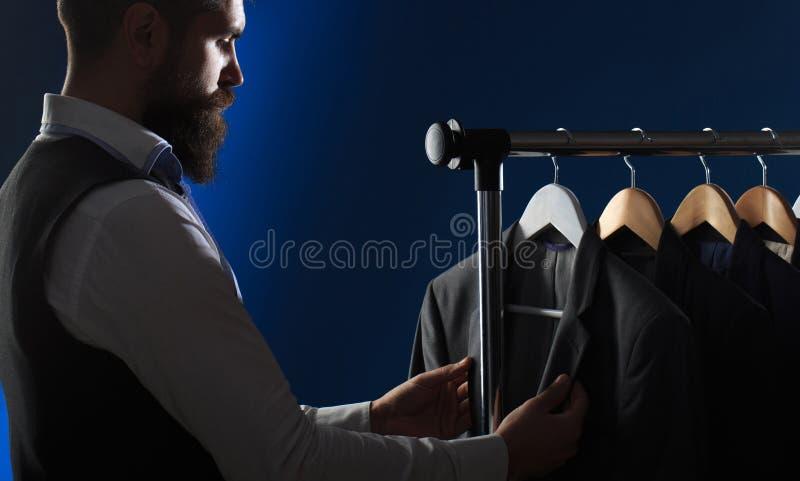 De Kleding van mensen, die in boutiques winkelen Kleermaker, het maken Modieus mensen` s kostuum Het kostuum van mensen, kleermak stock afbeelding
