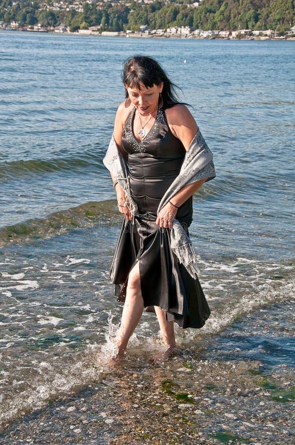 De Kleding van de middenleeftijdsvrouw in Water royalty-vrije stock afbeeldingen