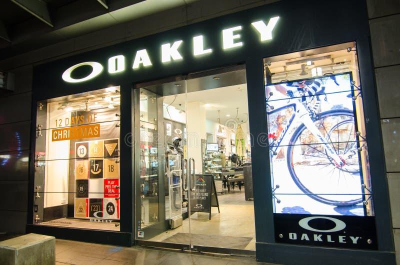 De kleding van de Oakleymanier en van sportenprestaties de detailhandel van materiaaltoebehoren, het beeld toont shopfront in Geo stock afbeelding