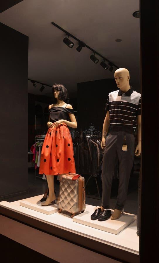 De kleding van van de opslagmannen en vrouwen van de avondshowcase stock foto