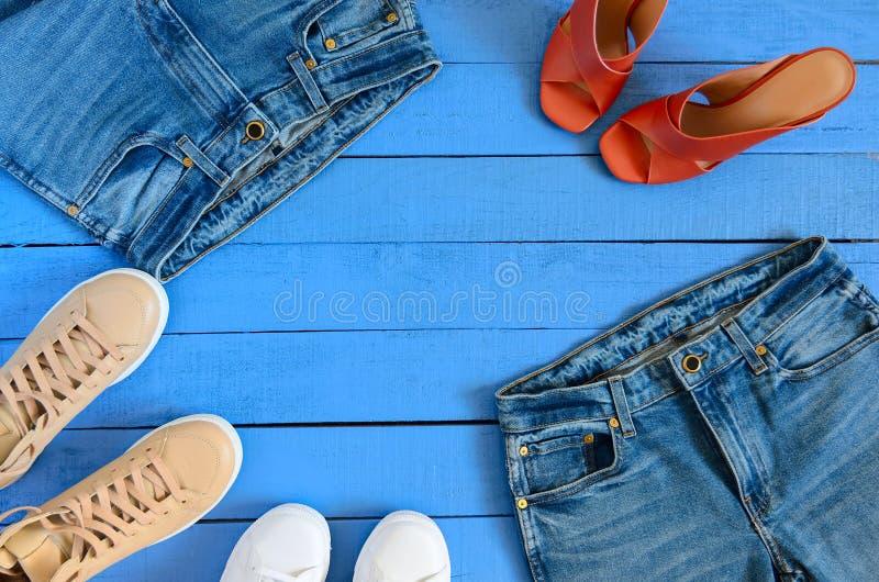 De kleding van vrouwen, schoeiseljeans, de hiel van het leerterracotta stock fotografie