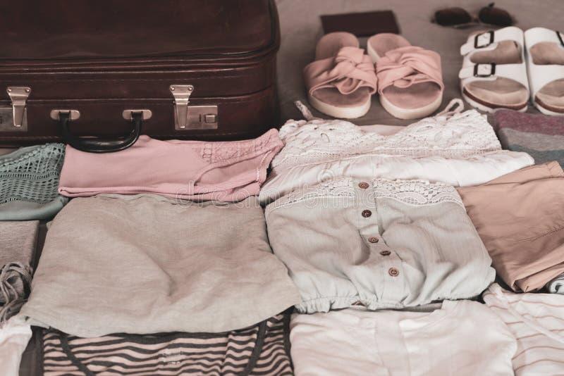 De kleding van de zomervrouwen vouwde keurig om in een koffer worden ingepakt royalty-vrije stock afbeelding