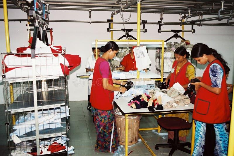De kledingstukkenindustrie in Bangladesh stock afbeelding