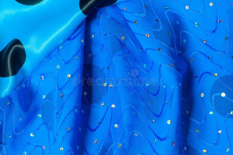 de kledingszijde van het meisje De polka is blauw De stof van het zijdekant met pipet stock foto's
