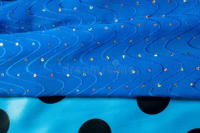 de kledingszijde van het meisje De polka is blauw De stof van het zijdekant met pipet stock afbeeldingen