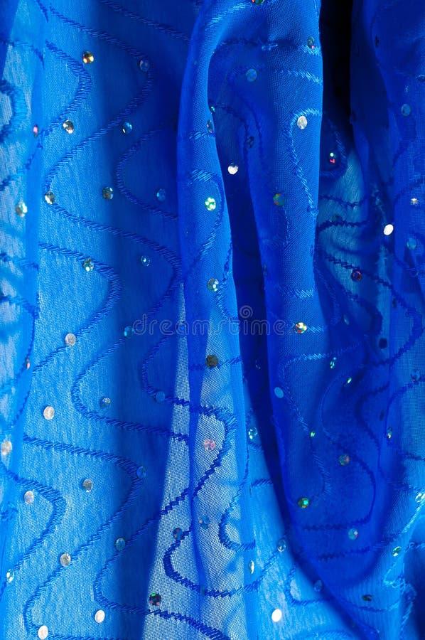 de kledingszijde van het meisje De polka is blauw De stof van het zijdekant met pipet stock fotografie