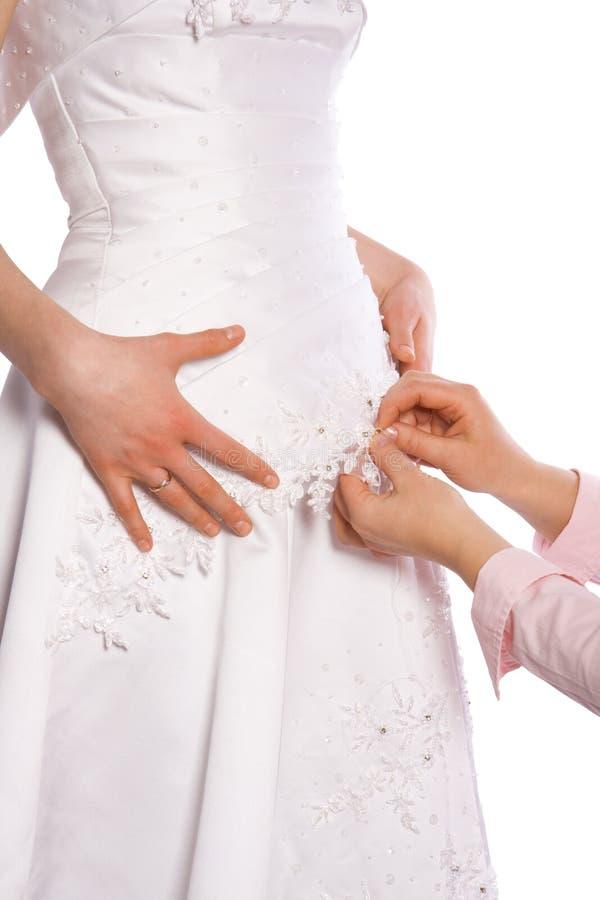 De kleermaker naait kleding van bruid royalty-vrije stock foto