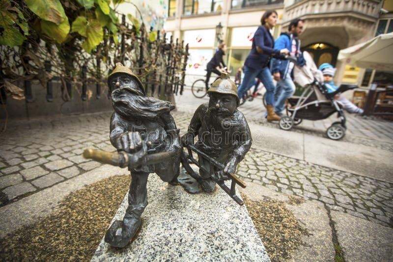 De kleine beeldjesdwergen, verschenen eerst in de straten van stad in 2001, zijn hun aantallen voortdurend gegroeid stock foto