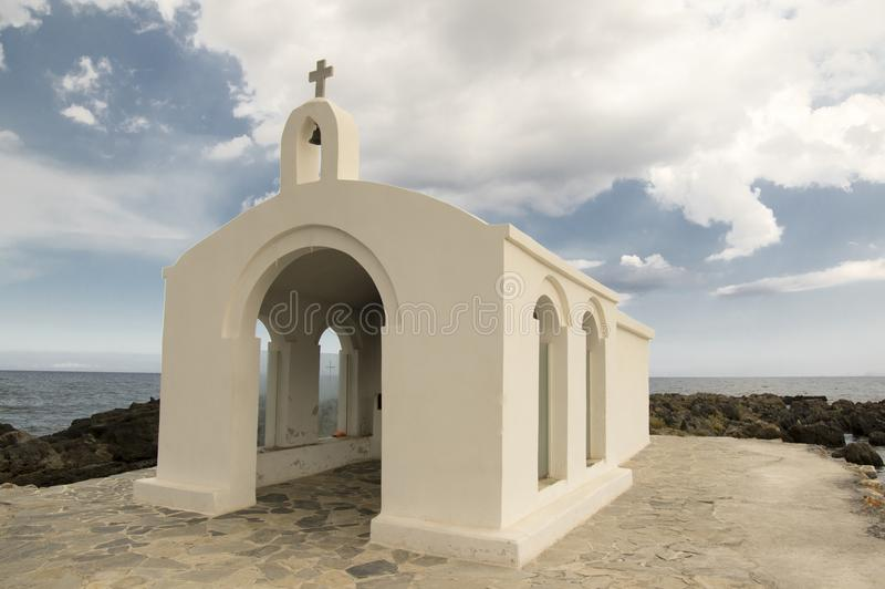 De kleine die kerk van Sinterklaas in het overzees op de stenen en de rotsen wordt verlaten royalty-vrije stock foto
