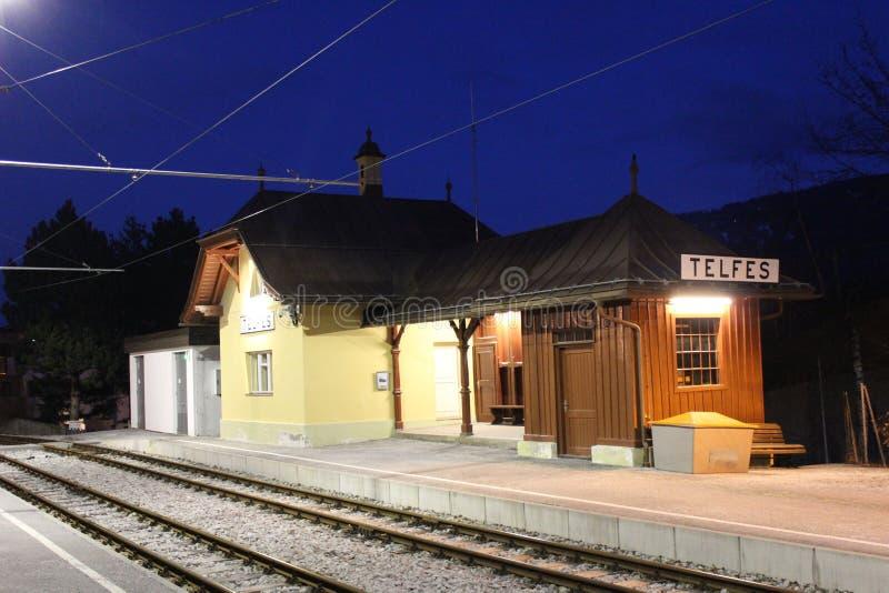 De kleine die post van de bergspoorweg in de nacht wordt aangestoken royalty-vrije stock afbeelding