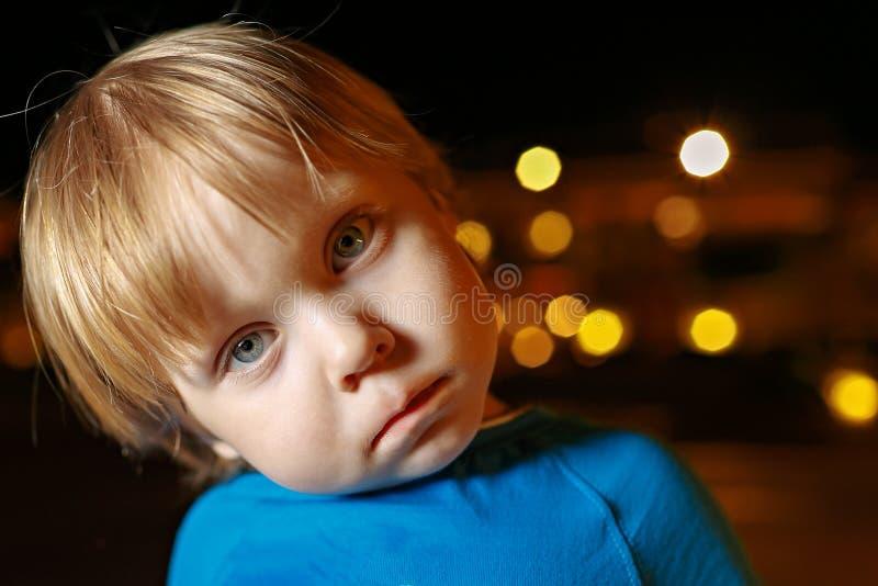 De kleine eerlijke jongen van de haarpeuter in vliegtuig stock afbeelding