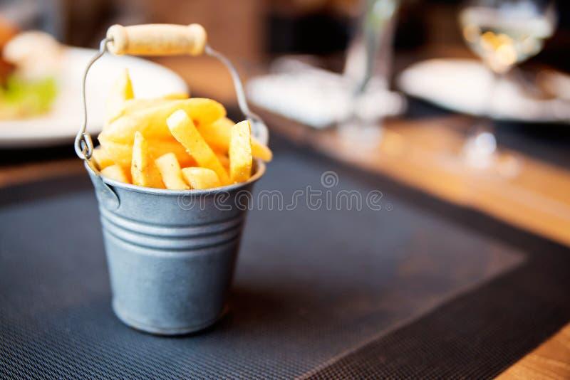 De kleine emmer van aardappelgebraden gerechten royalty-vrije stock afbeeldingen
